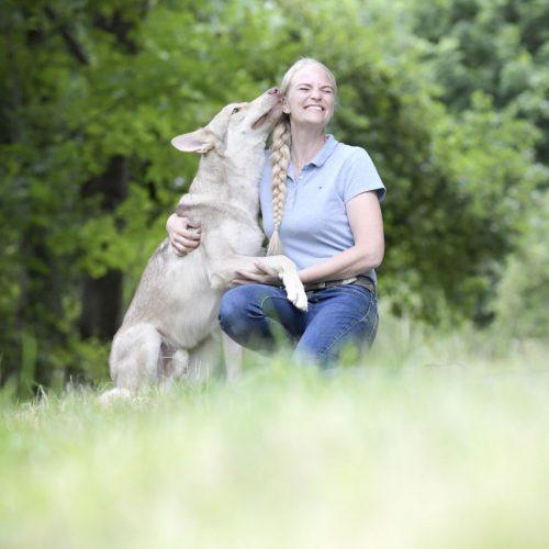 Ich hab dich zum Abschlecken gern: Yvonne Gutsche und ihr Saarloos-Wolfhund Jesper.