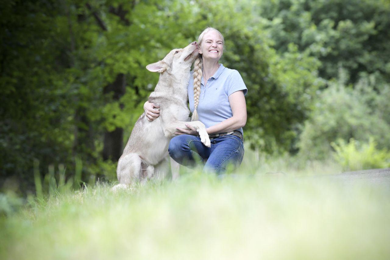 Yvonne Gutesche und ihr Saarloos-Wolfhund Jesper