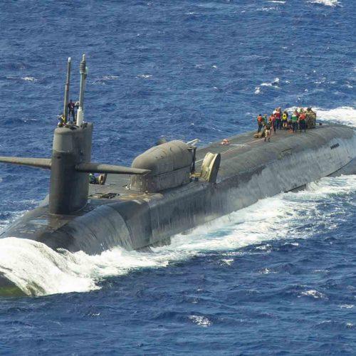 Ein U-Boot der US-Navy beim Manöver. Militärisches Sonar und Schiffslärm zählen zu den größten Lärmquellen im Ozean.