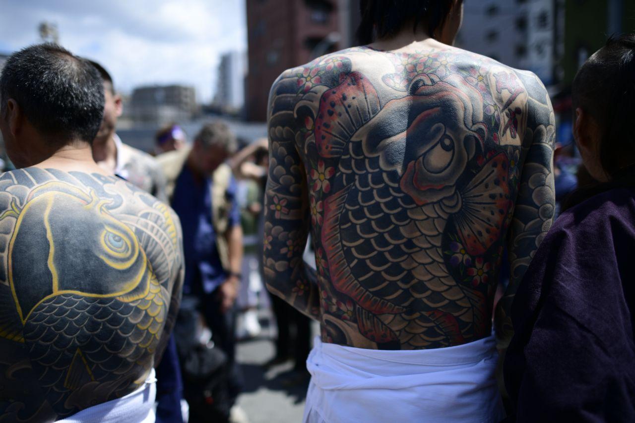 Tätowierte Rücken zweier japanischer Männer