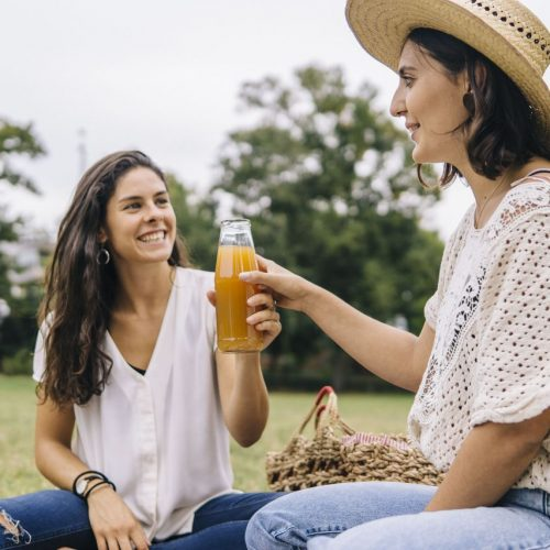 Nicht jeder Apfelsaft ist vegan. Woran das liegt, erklären wir hier.