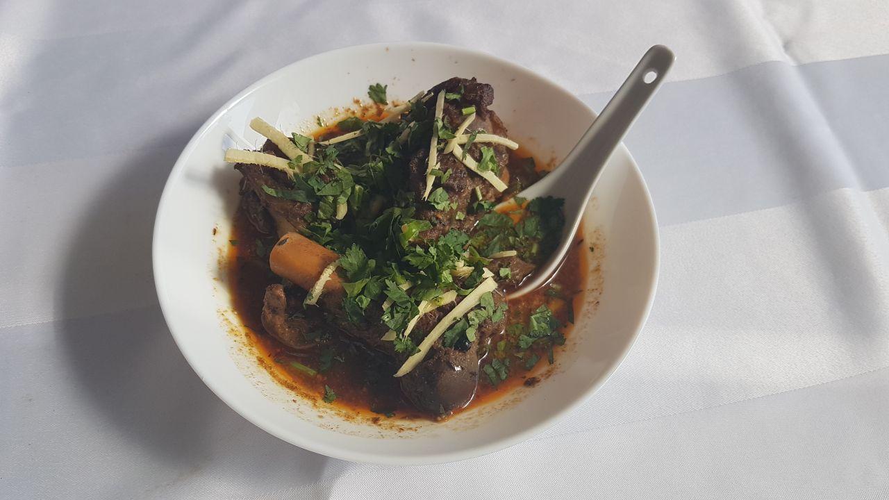 Paya, indisches Frühstück, serviert in einer Schüssel
