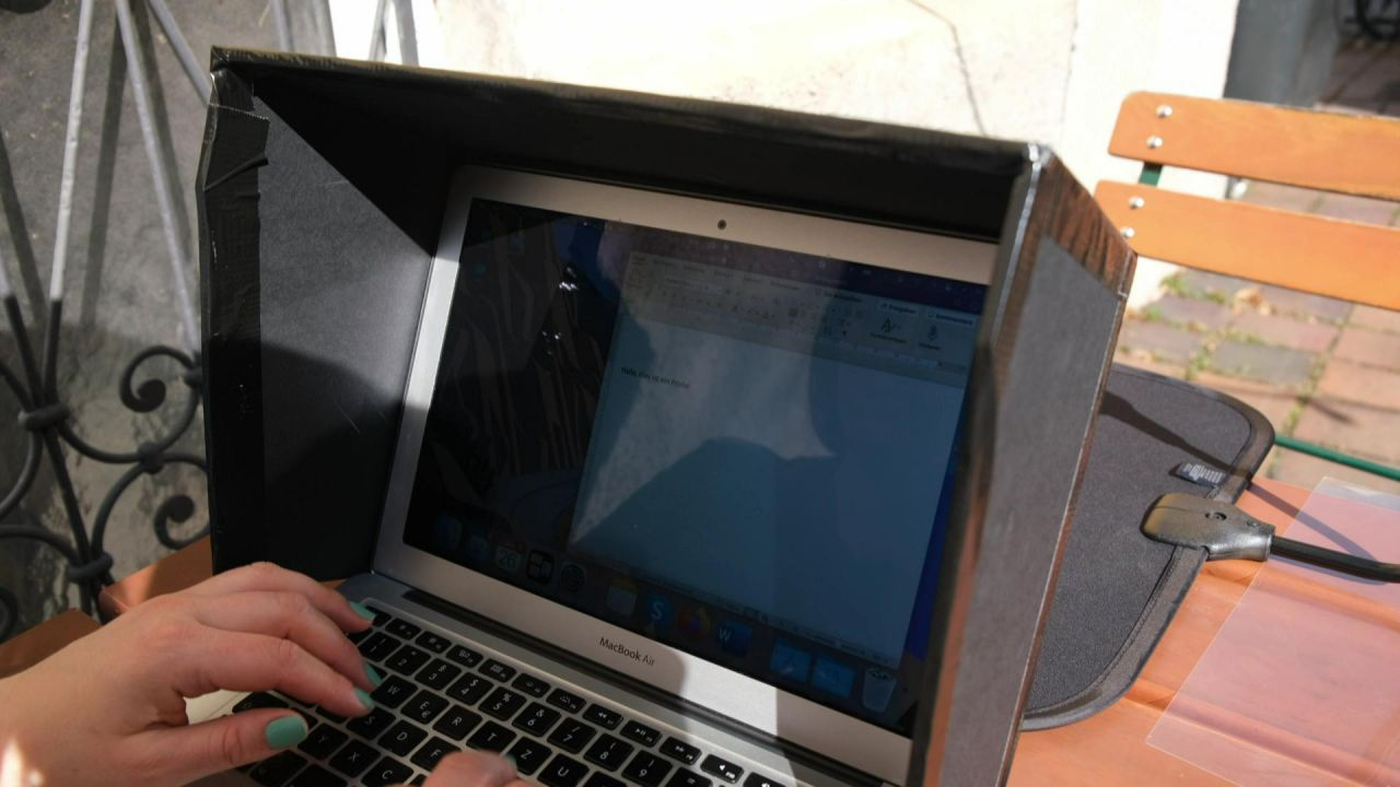Der selbst gebaute Sonnenschutz für den Laptop