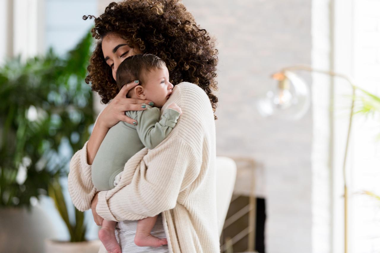 Eine mittelfeste 20-sekündige Umarmung beruhigt dein Baby