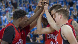 High Fives, Schulter-Klopfer, Po-Klapser: US-Wissenschaftler erforschten das Berührungsverhalten in der NBA. Ergebnis? Das Team mit mehr Hugs & Co. schnitt besser ab.