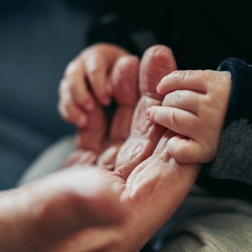 Von Geburt bis zum Tod heilen, schützen und stärken uns Berührungen