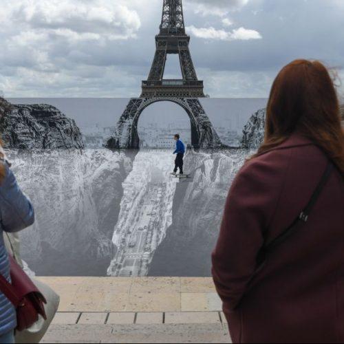 Während sich Frankreich über Lockerungen in der Corona-Pandemie freut, verblüffen in den Clips der Woche Bilder von einem gefährlichen Schlund vorm Eiffelturm.