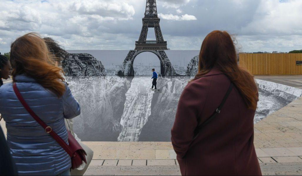 Clips der Woche: Unterm Eiffelturm tut sich ein Abgrund auf
