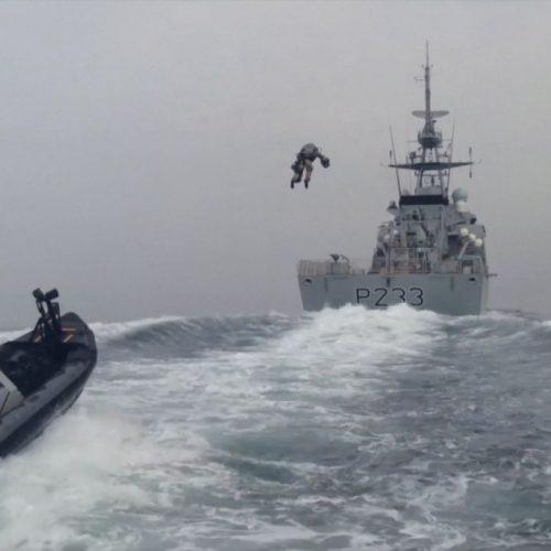 Die Kriegsmarine des Vereinigten Königreichs testet in den Clips der Woche eine neue Jetpack-Technologie zur Piratenabwehr.