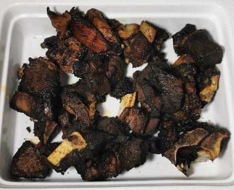 Fleisch und Fisch fertig zubereitet in einer Schale