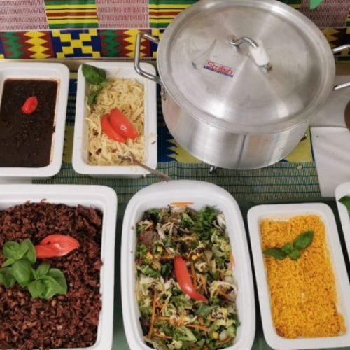 Fisch mit Fleisch und Reis mit Nudeln: Für dieses Frühstück solltest du viel Hunger mitbringen!