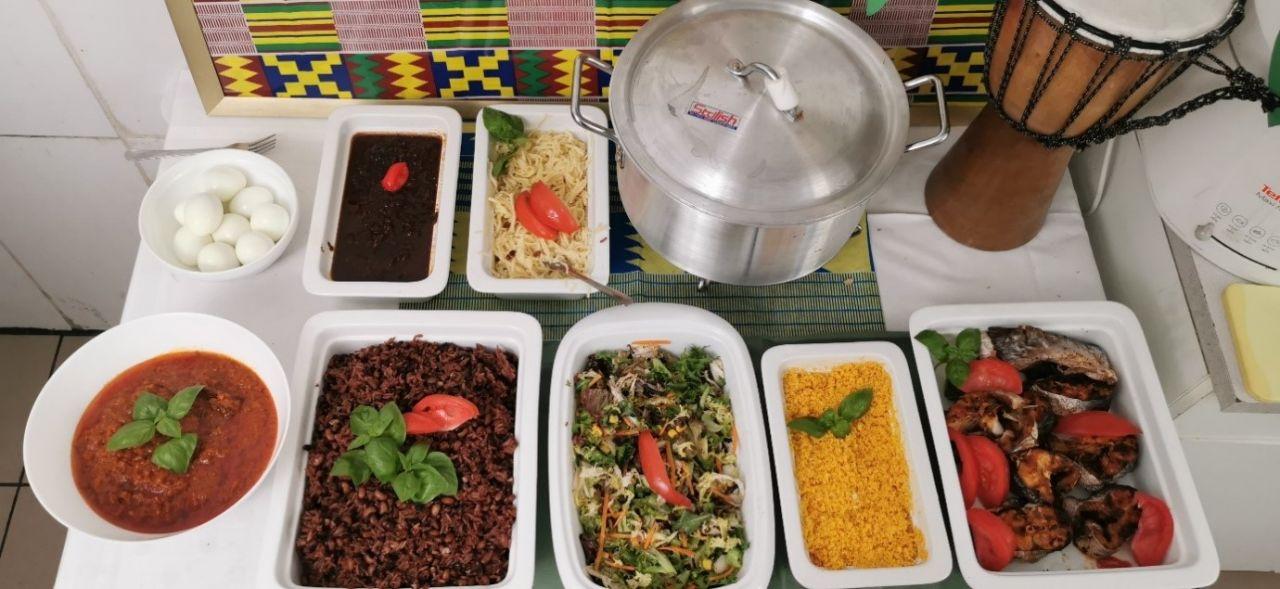 Waakye aus Ghana: Vielseitiges Buffet auf Tellern, in Schüsseln und im Topf angerichtet