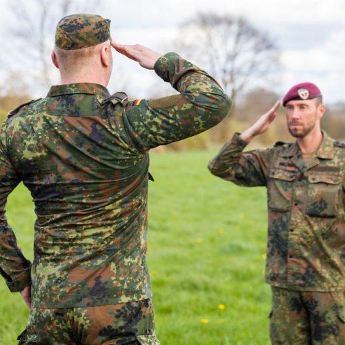 Zwei deutsche Soldaten grüßen einander