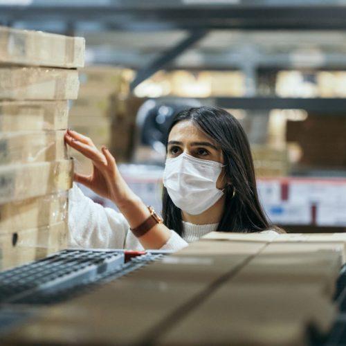 Vor allem bei größeren Bauprojekten drückt zurzeit häufig der Schuh. Aber auch Verbraucher:innen merken es etwa im Baumarkt: Holz ist teurer als sonst oder teils gar nicht vorrätig. Wie erklärt sich die Knappheit des Rohstoffs? Ist ein Ende der Holzkrise in Sicht?
