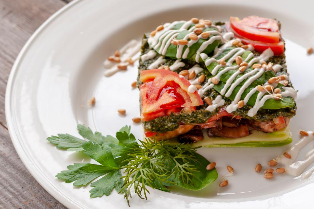Gemüselasagne garniert und serviert auf einem Teller