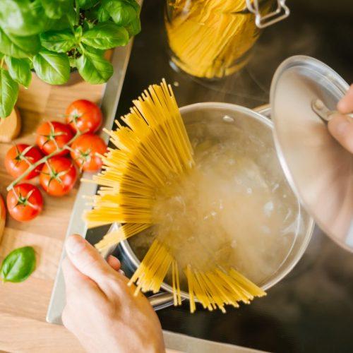 Spaghetti im Kochtopf