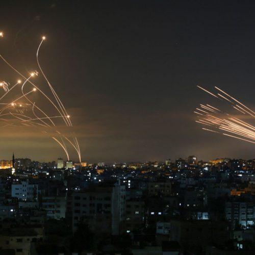 """Das israelische Raketenabwehrsystem """"Iron Dome"""" fängt Flugkörper ab, die die Palästinenser-Organisation Hamas auf Israel abgeschossen hat."""