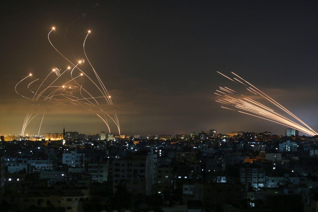 Das israelische Raketenabwehrsystem Iron Dome schießt Raketen ab.