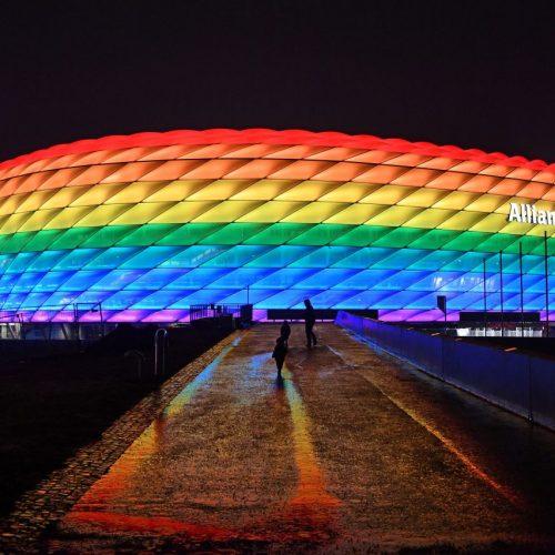 """Die Welt ist bunt - leider sehen das nur nicht alle. Rund um das EM-Spiel zwischen Deutschland und Ungarn gab es daher zahlreiche Proteste. Außerdem in den Clips der Woche: Heimreise per Wingsuit - oder mit dem """"Auto-Boot""""."""