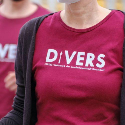 T-Shirt mit Aufschrift divers