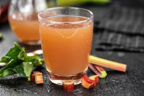 Glas mit Rhabarber-Schorle