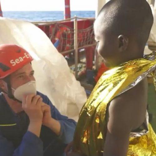 Seenot-Rettung von kleinem Jungen