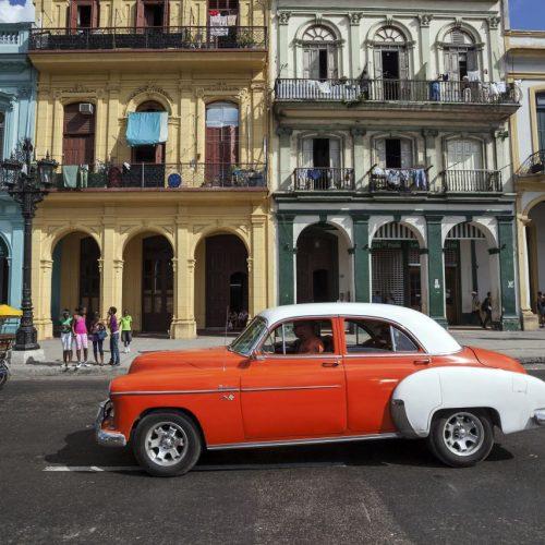 Touristenmagnet am Prado in Havannas Altstadt: Die Oldtimer und bunten Häuserfassaden sind begehrte Fotomotive für Reisende.