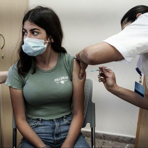 Als effektivstes Mittel im Kampf gegen die Corona-Pandemie gilt laut Fachleuten das Impfen. Um damit weltweit schneller voranzukommen, fordern einige Interessengruppen, den Patentschutz für Corona-Impfstoff auszusetzen. Pharma-Unternehmen sind davon wenig begeistert.