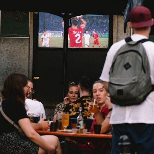 Sonnenschein, Biergarten, Fußball - viele sind im WM-Fieber, aber ist Public Viewing überhaupt erlaubt? Wo gelten welche Corona-Regeln? Für den Durchblick im Corona-Regel-Dschungel gibt es eine hilfreiche App. Wie sie funktioniert, erfährst du hier.