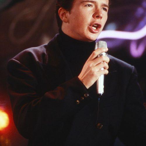 Rick Astley singt 1987  in einer Unterhaltungsshow.