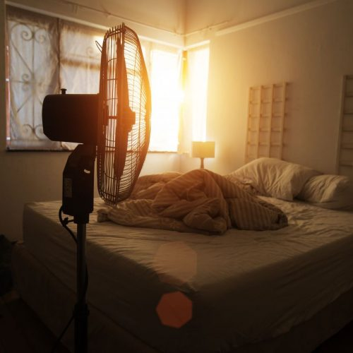 Es geht nichts über laue Sommernächte - aber der Schlaf kommt dabei oft zu kurz. Wir zeigen dir, wie du trotz Hitze erholsam schläfst. Im Clip: 5 Geheimnisse über Schlaf.
