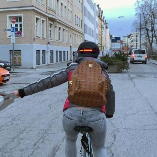 Ist dieser Helm wirklich so smart? Im Clip machen wir den Test. Außerdem: Warum Fahrradhelme so wichtig sind, stylischer Kopf-Schutz und weitere intelligente Bike-Gadgets.