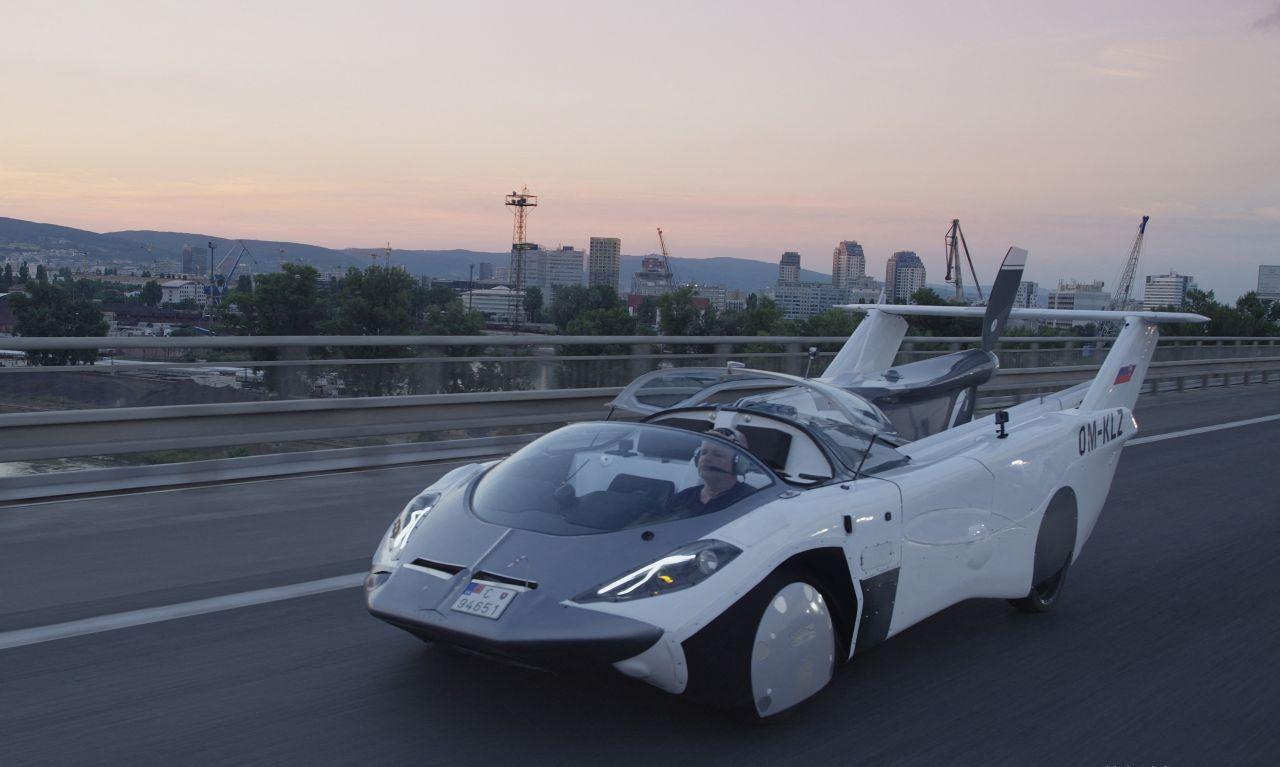 Das AirCar lässt sich mit eingeklappten Flügeln auf der Straße wie ein normales Auto fahren.