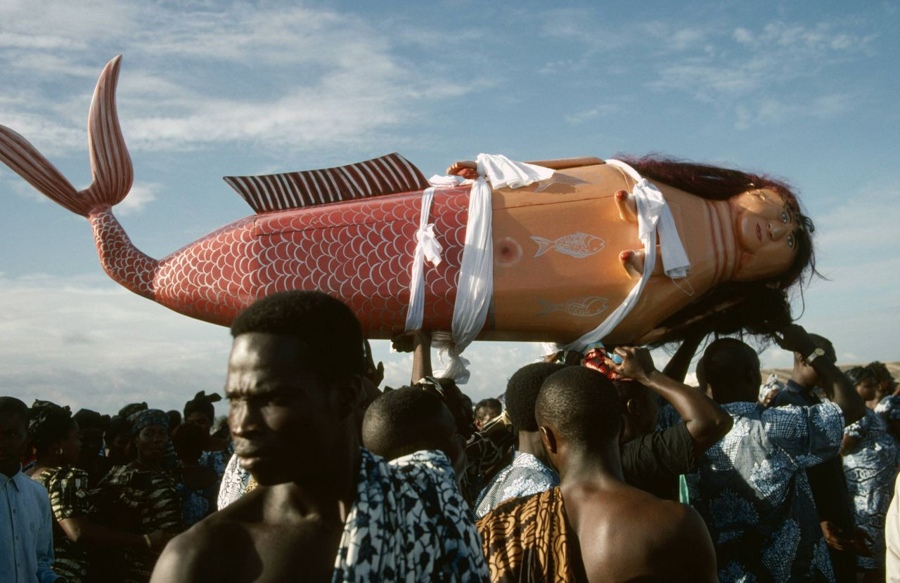 Außergewöhnliche Beerdigung in Ghana mit Meerjungfrau als Sarg