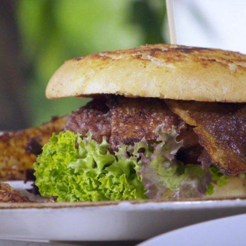 Siehst du einen Unterschied zum echten Bacon? Wir auch nicht. Mit diesen Tricks gelingen dir deftige Klassiker ganz ohne Fleisch. Los geht's!
