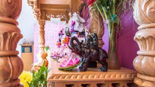 Hinduistischer Hausaltar mit mehreren Göttern