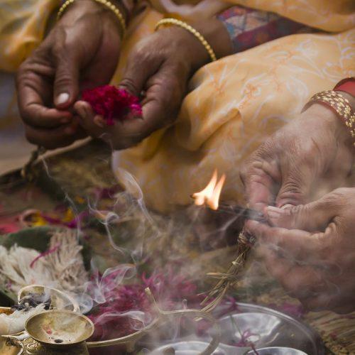 Im Hinduismus haben Rituale eine große Bedeutung. Die tägliche Verehrung der Götter heißt Puja.
