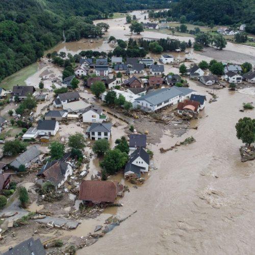 Nach einem massiven Hochwasser Mitte Juli 2021 ist das Dorf Insul in Rheinland-Pfalz weitgehend überflutet.