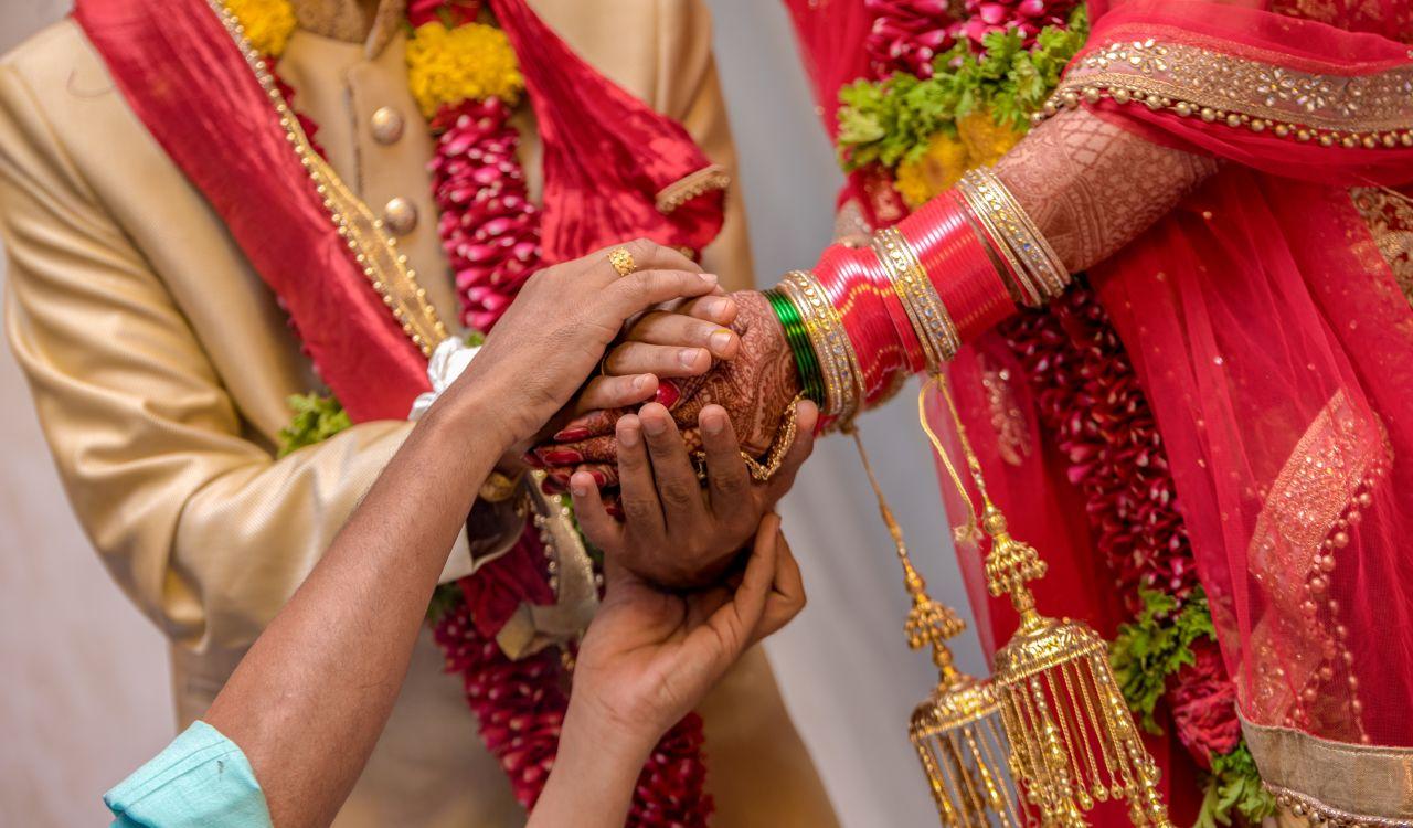 Hände eines indischen Hochzeitspaares
