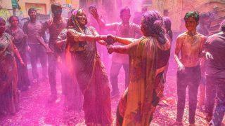 Hindus feiern das Holi-Fest in Indien