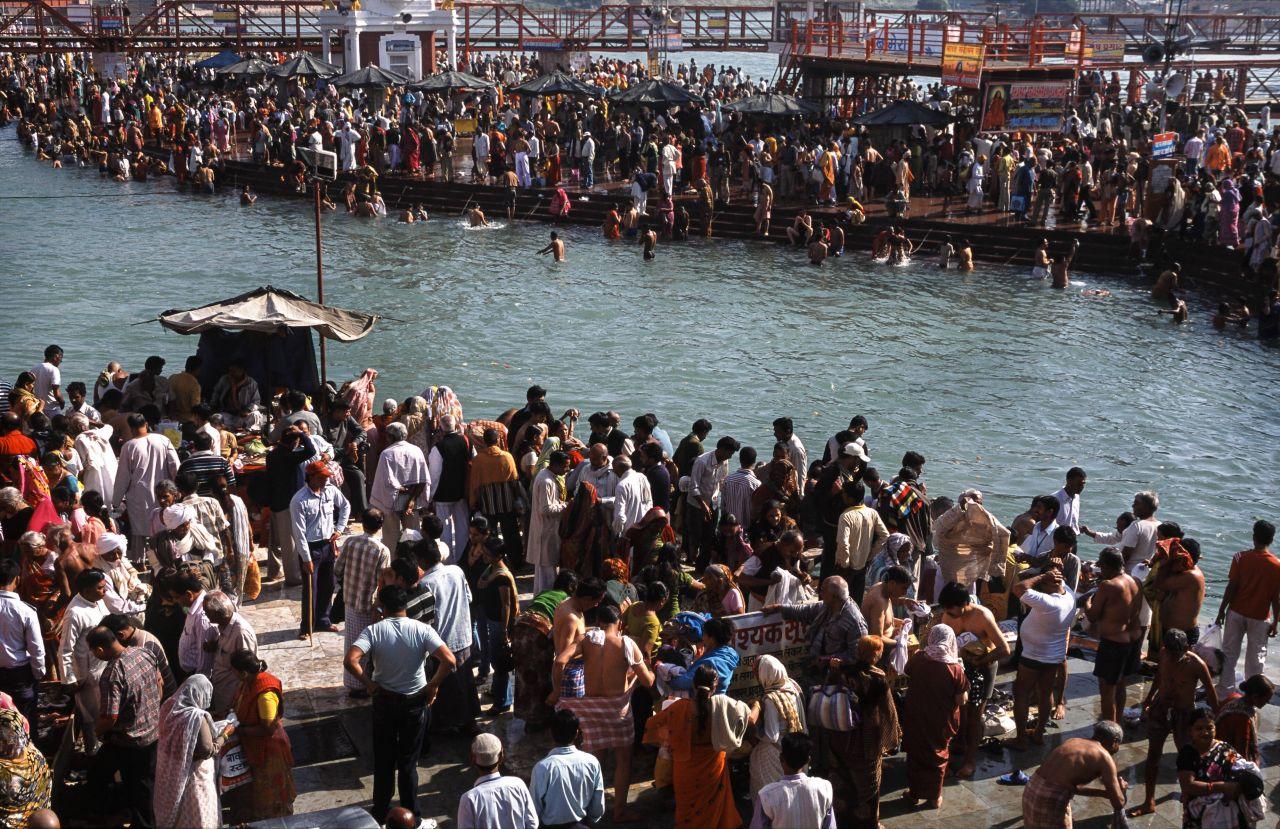 Hindus feiern das Fest Kumbh Mela am Ganges