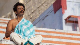 Hindu-Mann meditiert auf Treppen in Indien