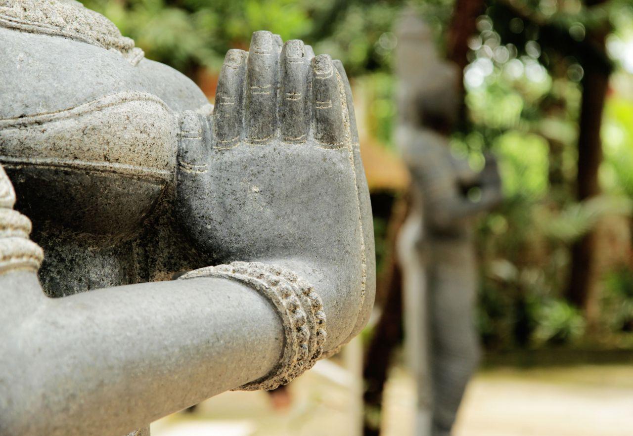 Weibliche Statue hat Hände zu Namaste geformt