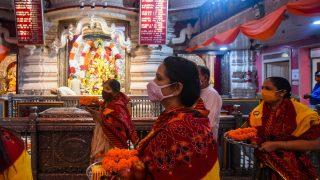 Hindu-Frauen bringen Opfergaben in den Tempel