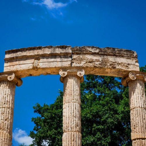 Das antike Heiligtum von Olympia liegt auf der griechischen Halbinsel Peleponnes. Das Foto zeigt den Säulenrundbau Philippeion, der von der Familie Alexander des Großens im 4. Jahrhundert vor Christus gestiftet wurde. Nach einigen ersten Versuchen begannen ernsthafte Ausgrabungen Ende des 19. Jahrhunderts. Auch sie inspirierten den französischen Baron de Coubertin dazu, die Olympischen Spiele der Neuzeit 1896 ins Leben zu rufen.