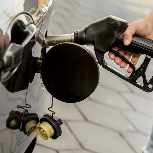 Auto wird an Tankstelle betankt