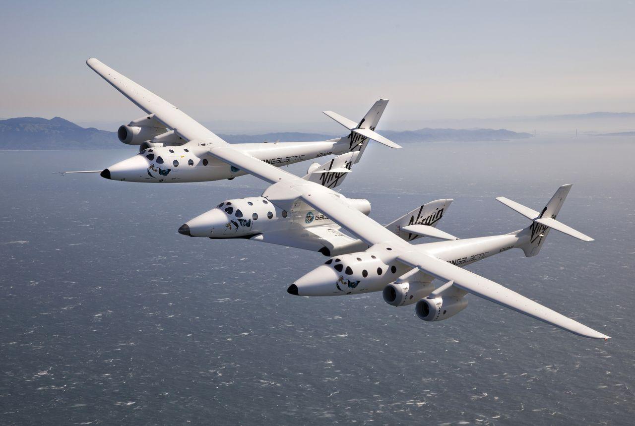 Das SpaceShipTwo hängt unter einem Trägerflugzeug in New Mexico