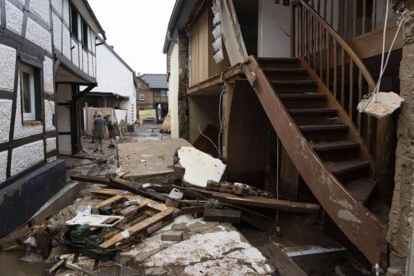 zerstörte gebäude nach dem Hochwasser