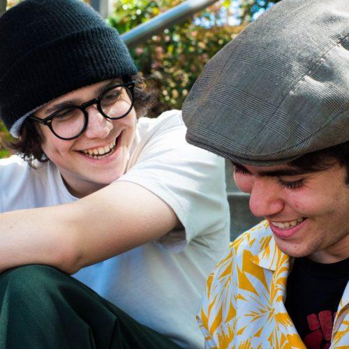 Zwei Teenager im Stimmbruch-Alter.