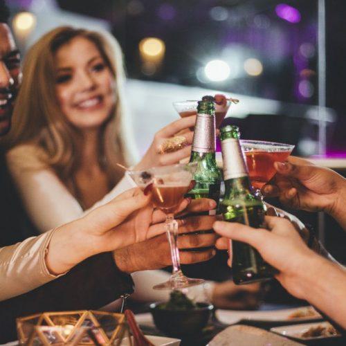 Freunde trinken Alkohol zusammen